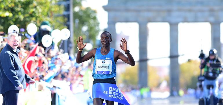 Kipchoge gana Maratón de Berlín con las plantillas fuera de las zapatillas
